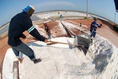 Los trabajadores están trabajando en una granja de la sal en Tailandia Fotografía de archivo