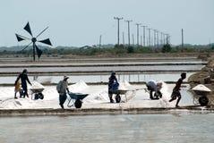 Los trabajadores están trabajando en una granja de la sal en Tailandia Imagenes de archivo