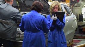 Los trabajadores examinan la geometría de la carrocería en la planta de AVTOVAZ metrajes