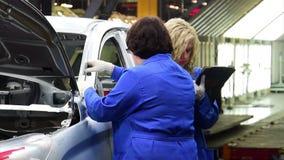 Los trabajadores examinan la geometría de la carrocería en la planta de AVTOVAZ almacen de video