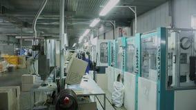 Los trabajadores hacen calzado Timelapse almacen de video