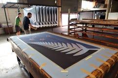 Los trabajadores imprimen la bandera del helecho de plata (negro, blanco y azul) Imagen de archivo libre de regalías