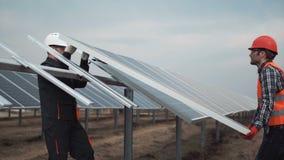 Los trabajadores instalan el panel fotovoltaico almacen de video