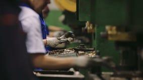 Los trabajadores montan manualmente componentes en una fábrica Equipo en la planta almacen de video