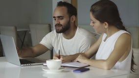 Los trabajadores multiétnicos jovenes en un creativo comienzan para arriba el trabajo almacen de metraje de vídeo