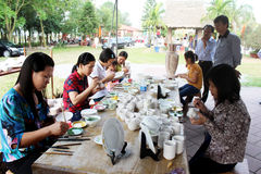 Los trabajadores pintan en cerámica Fotos de archivo libres de regalías
