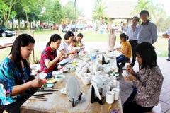 Los trabajadores pintan en cerámica Fotos de archivo