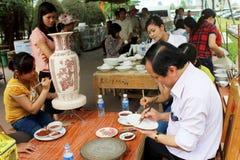Los trabajadores pintan en cerámica Imagen de archivo
