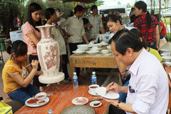 Los trabajadores pintan en cerámica Foto de archivo libre de regalías