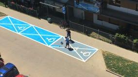 Los trabajadores pintan la muestra inválida en el aparcamiento Visión superior almacen de metraje de vídeo
