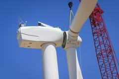 Los trabajadores preparan un montaje grande del rotor para la turbina de viento Imagenes de archivo