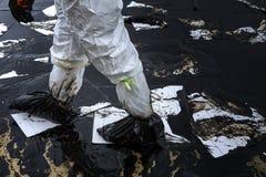 Los trabajadores quitan el petróleo crudo de una playa Fotos de archivo libres de regalías