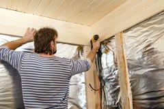 Los trabajadores reparan en el apartamento Imagen de archivo