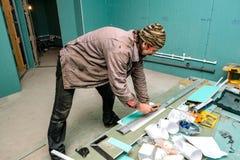Los trabajadores reparan en el apartamento Fotografía de archivo libre de regalías