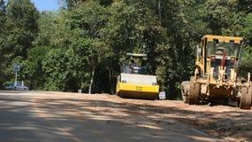 Los trabajadores tailandeses utilizan la maquinaria pesada hecha y construyen el camino en Doi Tung en Chiang Rai, Tailandia almacen de video