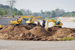 Trabajos de grupo de la máquina del excavador en el río Fotografía de archivo libre de regalías