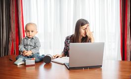 Los trabajos de la madre, niño le ayudan, problemas de la maternidad imagenes de archivo