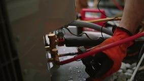 Los trabajos del electricista con las manos se unen al probador, a cámara lenta Cierre para arriba almacen de metraje de vídeo