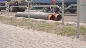 Los trabajos en la ciudad para el reemplazo y desmontar de los tubos para la tubería de calefacción, grúa levantan los nuevos tub metrajes