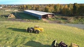 Los tractores de la visión aérea apisuenan ensilaje cosechado en hoyo grande almacen de video