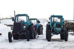 Los tractores se colocan en la nieve Imagen de archivo libre de regalías
