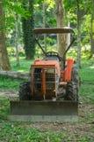 Los tractores viejos, parqueados en el bosque viejo fotos de archivo libres de regalías