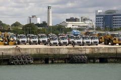 Los tractores y los camiones de la exportación aguardan el envío Foto de archivo libre de regalías