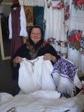 Los trajes tradicionales atascan en las mercancías tradicionales favorablemente en el museo campesino rumano en Bucarest, Rumania Fotografía de archivo libre de regalías