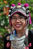 Los trajes tribales del desgaste turístico de Miao Tribal a gozar para toman la foto Imagen de archivo