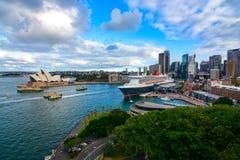 Los transbordadores se dan prisa dentro y fuera de los muelles en Quay circular en Sydney Harbor Foto de archivo