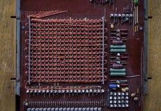 Los transistores viejos y del vintage, alambre de cobre, resistores foto de archivo