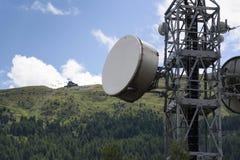 Los transmisores del teléfono celular en la telecomunicación se elevan en montañas Fotos de archivo libres de regalías