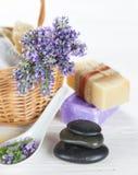 Los tratamientos de la salud con lavanda florecen en la tabla de madera Foto de archivo libre de regalías