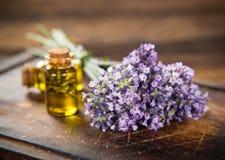 Los tratamientos de la salud con lavanda florecen en la tabla de madera Foto de archivo