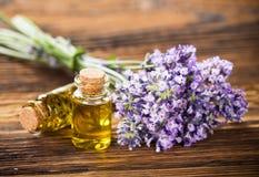 Los tratamientos de la salud con lavanda florecen en la tabla de madera Fotos de archivo libres de regalías