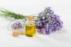 Los tratamientos de la salud con lavanda florecen en la tabla de madera Imagenes de archivo