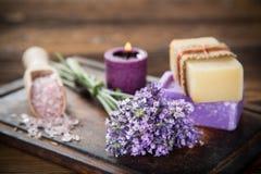 Los tratamientos de la salud con lavanda florecen en la tabla de madera Fotos de archivo