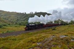 Los travells del vapor de Jacobite a través de la montaña escocesa fotos de archivo