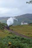 Los travells del vapor de Jacobite a través de la montaña escocesa foto de archivo libre de regalías