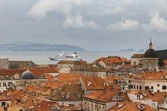 Los trazadores de líneas grandes de la travesía son visitantes frecuentes a Dubrovnik antiguo Imagenes de archivo