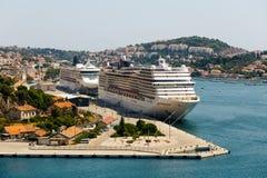 Los trazadores de líneas grandes del Wo se colocan en la bahía de Gruz en el puerto marítimo internacional en Dubrovnik, Croacia Imágenes de archivo libres de regalías