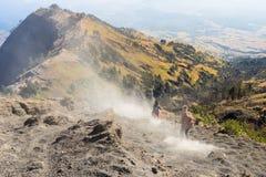Los Trekkers caminan abajo del pico de la cumbre de Rinjani, montaña de Rinjani Imagen de archivo libre de regalías