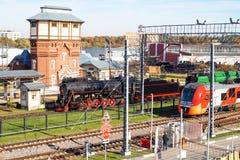 Los trenes acercan a la estación Podmoskovnaya de Moscú imagen de archivo libre de regalías