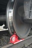 Los trenes de carga oxidados y pulidos ruedan en vía de ferrocarril Fotos de archivo