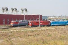 Los trenes de las locomotoras están funcionando en el depósito locomotor Imágenes de archivo libres de regalías
