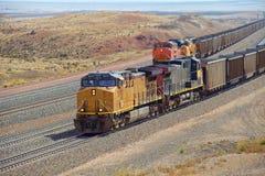 Los trenes diesel están transportando el carbón Fotos de archivo