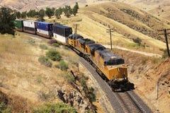 Los trenes diesel están transportando los contenedores para mercancías Imagen de archivo libre de regalías