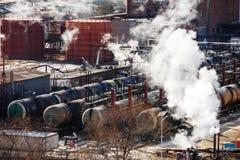 Los trenes ferroviarios con los tanques para el transporte de productos petrol?feros est?n en el apartadero imágenes de archivo libres de regalías