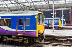Los trenes locales en Liverpool abonan la estación de tren con cal de la calle Imagen de archivo libre de regalías