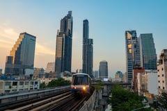 Los trenes van a incorporar la estación en el distrito financiero imágenes de archivo libres de regalías